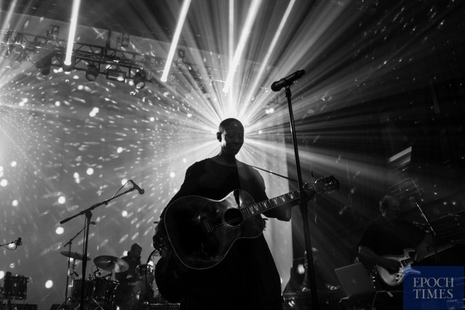 """Gail Ann Dorsey sings """"Space Oddity"""" at the """"Celebrate David Bowie"""" tribute concert at Terminal 5 in New York on Jan. 10, the anniversary of Bowie's death. (Benjamin Chasteen/Epoch Times)"""
