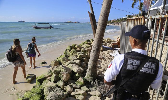 Police guard the exit of the Blue Parrot nightclub in Playa del Carmen, Mexico on Jan. 16, 2017. (AP Photo)