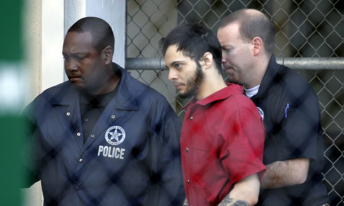 Esteban Santiago (C) leaves the Broward County jail for a hearing in federal court in Fort Lauderdale, Fla. on Jan. 17, 2017. (AP Photo/Lynne Sladky)