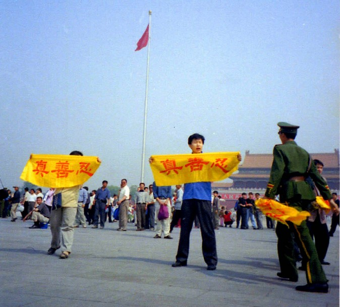 Chinese policeman approach Falun Gong practitioners who traveled across China to Tiananmen Square to stage peaceful appeals against the persecution in 2001. (Courtesy of Minghui)