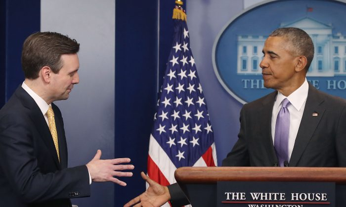 President Barack Obama shakes hands with White House Press Secretary Josh Earnest during his last briefing for the administration at the White House in Washington, DC on Jan. 17, 2017. (Mark Wilson/Getty Images)