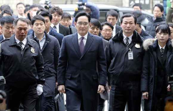 Lee Jae-yong, center, a vice chairman of Samsung Electronics Co. arrives for the hearing at the Seoul Central District Court in Seoul, South Korea, on Jan. 18, 2017. (AP Photo/Lee Jin-man)