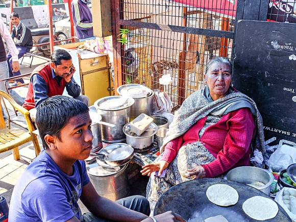 Veena Madan (R), a street vendor, on Jan. 16, says she has been forced to provide meals on credit to customers because of the cash shortage. (Epoch Times Contributor)
