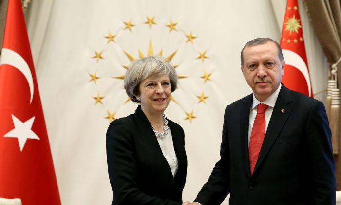 Turkey's President Recep Tayyip Erdogan, right, shakes hands with British Prime Minister Theresa May, prior to their meeting at the Presidential Palace in Ankara, Turkey on Jan. 28, 2017. (Pool via AP)