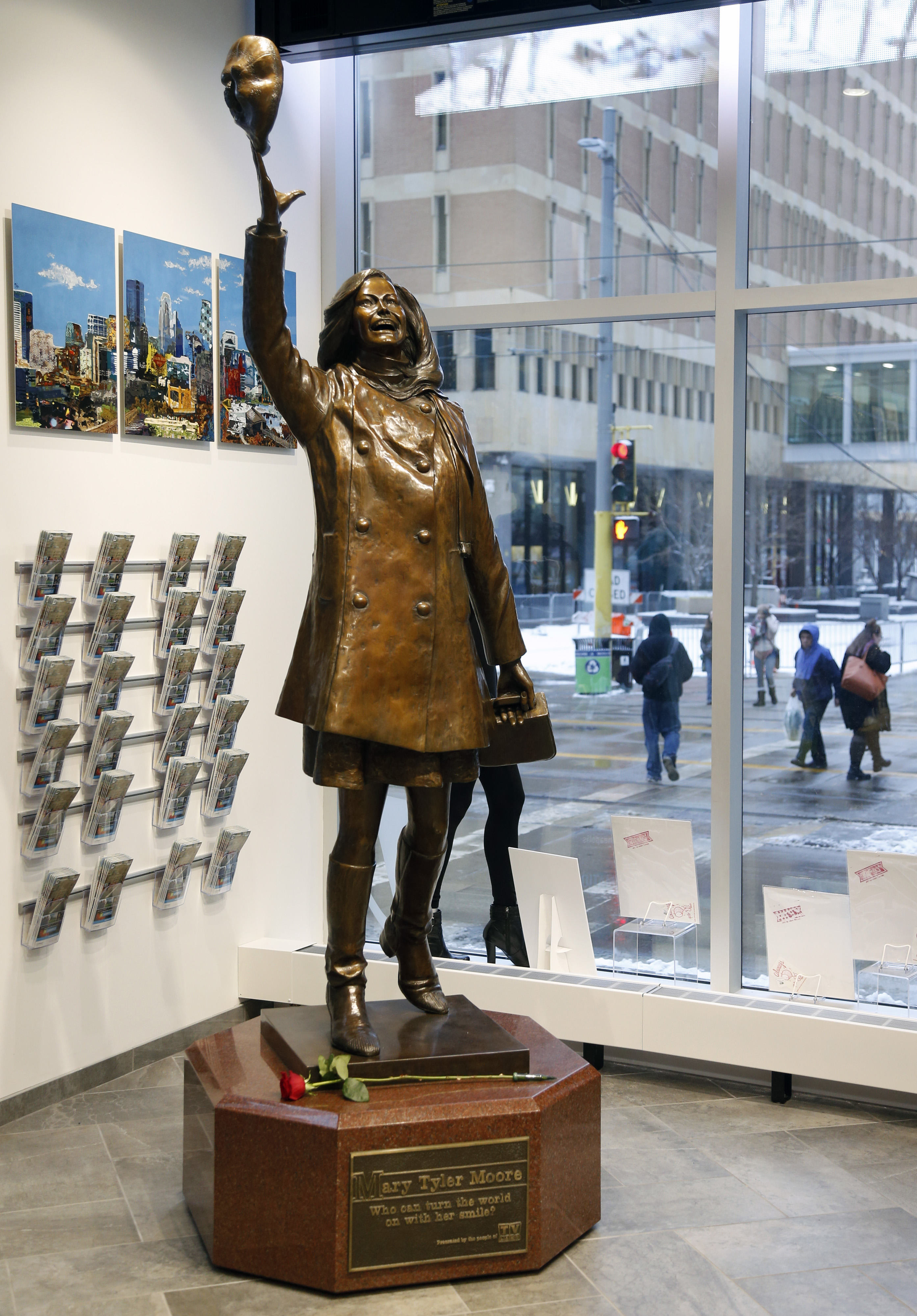 Life-size bronze statue of Mary Tyler Moore at the Minneapolis Visitor Center. (AP Photo/Jim Mone)