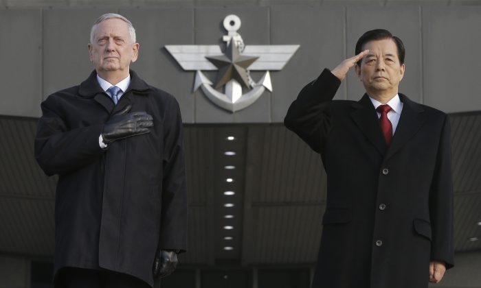 U.S. Defense Secretary Jim Mattis (L) and South Korean Defense Minister Han Min Koo during a welcome ceremony for Mattis at Defense Ministry in Seoul, South Korea on Feb. 3, 2017. (AP Photo/Ahn Young-joon)