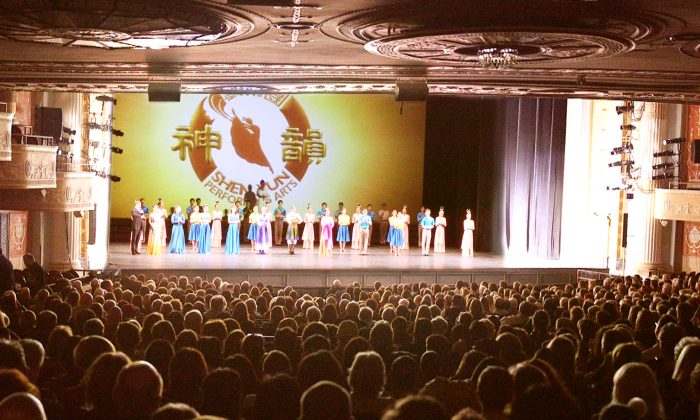 Shen Yun Performing Arts North America Company's curtain call at the Cleveland State Theatre, on Feb. 5, 2017. (Epoch Times)