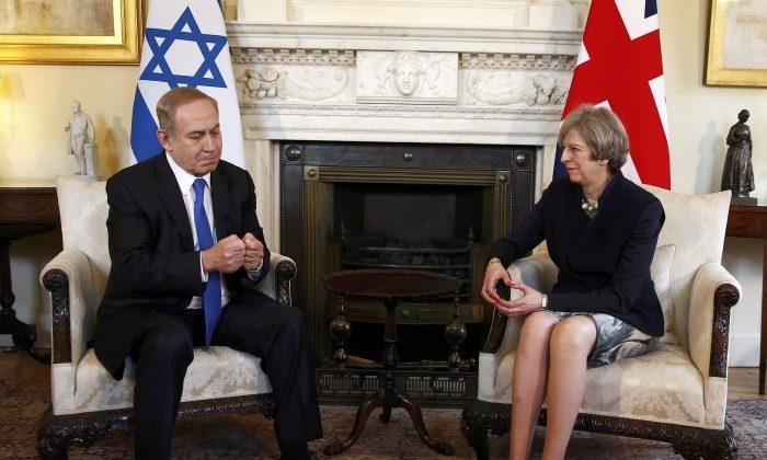 Britain's Prime Minister Theresa May (R) meets with Israeli Prime Minister Benjamin Netanyahu in Downing Street, London on Feb. 6, 2017. (Peter Nicholls/Pool Photo via AP)