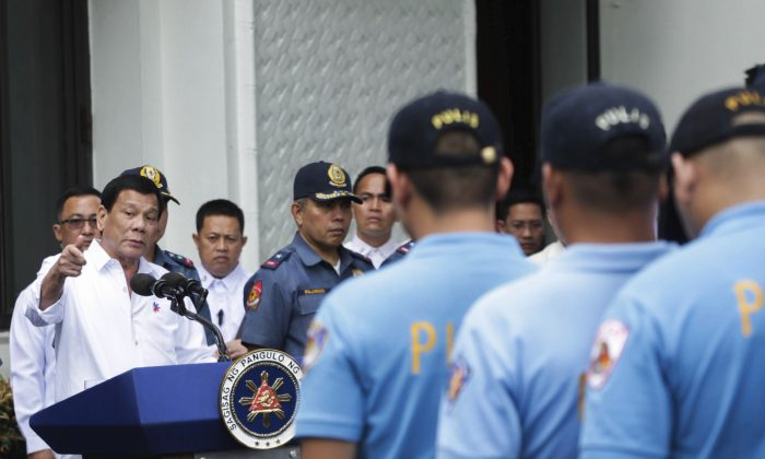 Philippine President Rodrigo Duterte (L) berates erring policemen during an audience at the Presidential Palace grounds in Manila, Philippines on Feb. 9, 2017. (Robinson Ninal/Presidential Photographers Division, Malacanang Palace via AP)