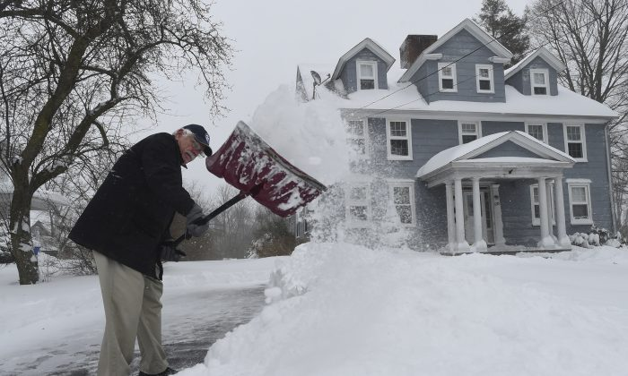 Larry Habermehl shovels his driveway on King Street in Enfield, Conn., Feb. 9, 2017. (Brad Horrigan/Hartford Courant via AP)
