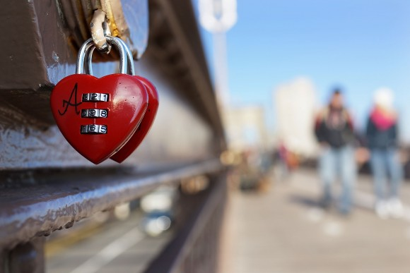 "A ""love lock"" is viewed on the Brooklyn Bridge (Photo by Spencer Platt/Getty Images)"