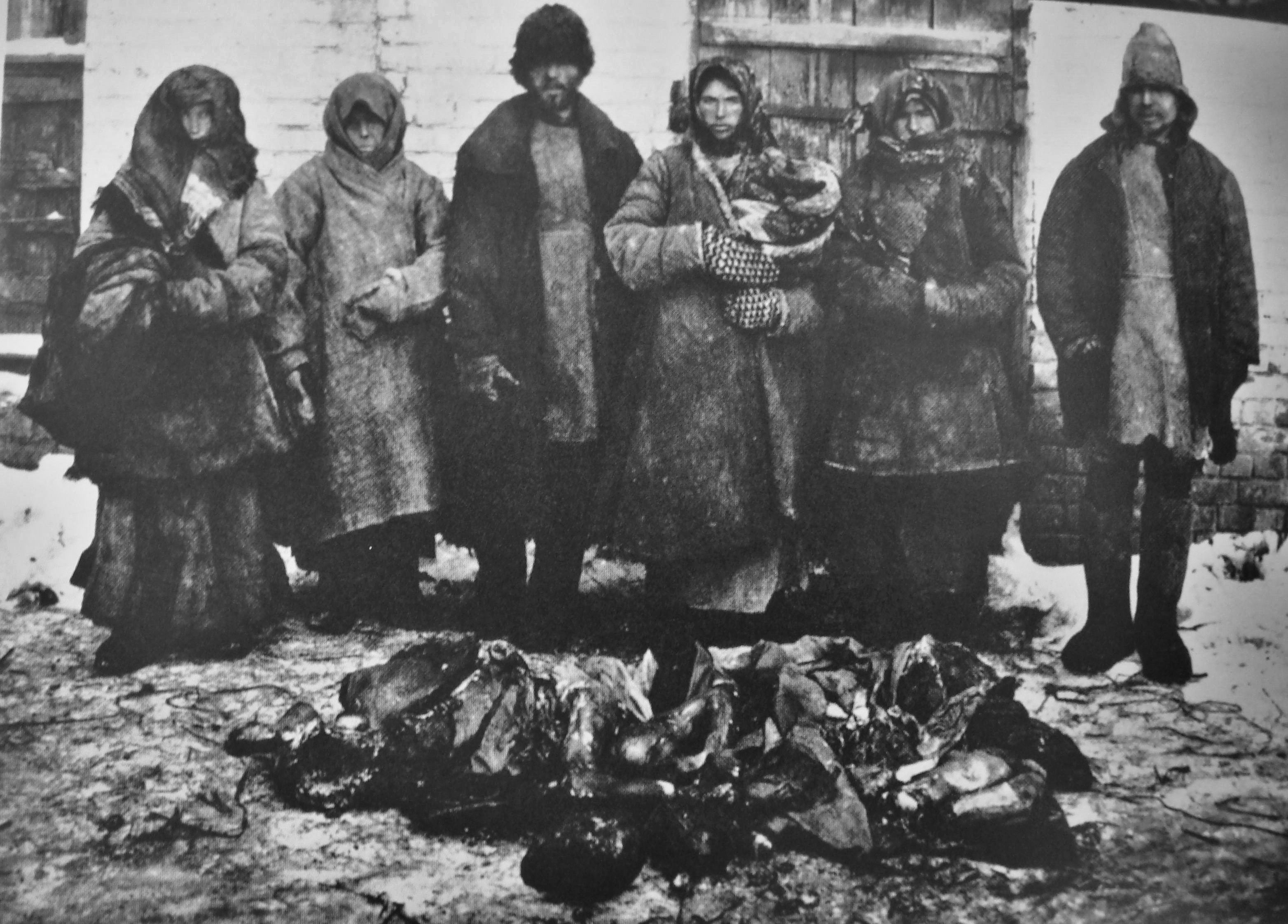 Peasants stand in front of human remains. Cannibalism was widespread during the Russian famine between 1921 and 1922. (Creative Commons/Wikimedia)