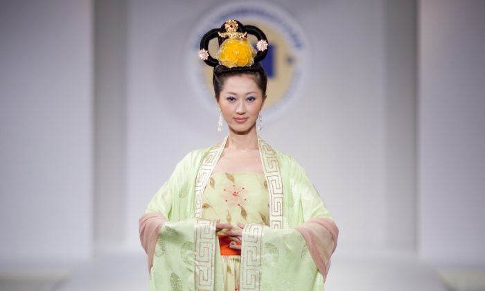 A woman wearing Han clothing at the third  Annual Han Design Competition at Metropolitan Pavillion in New York, Oct 16, 2010. (Edward Dai / Epochtimes)