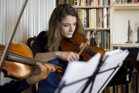 Violist Milena fills in as second violinist during a Manhattan Chamber Players rehearsal. (Samira Bouaou/Epoch Times)