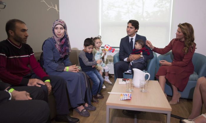 Prime Minister Justin Trudeau and his wife Sophie Gregoire Trudeau greet Syrian refugees Ahmad Al Krad, his wife Doaa Al Mahmed and their children at the Immigration Services Society in Vancouver on Sept 25, 2016. (THE CANADIAN PRESS/Jonathan Hayward)