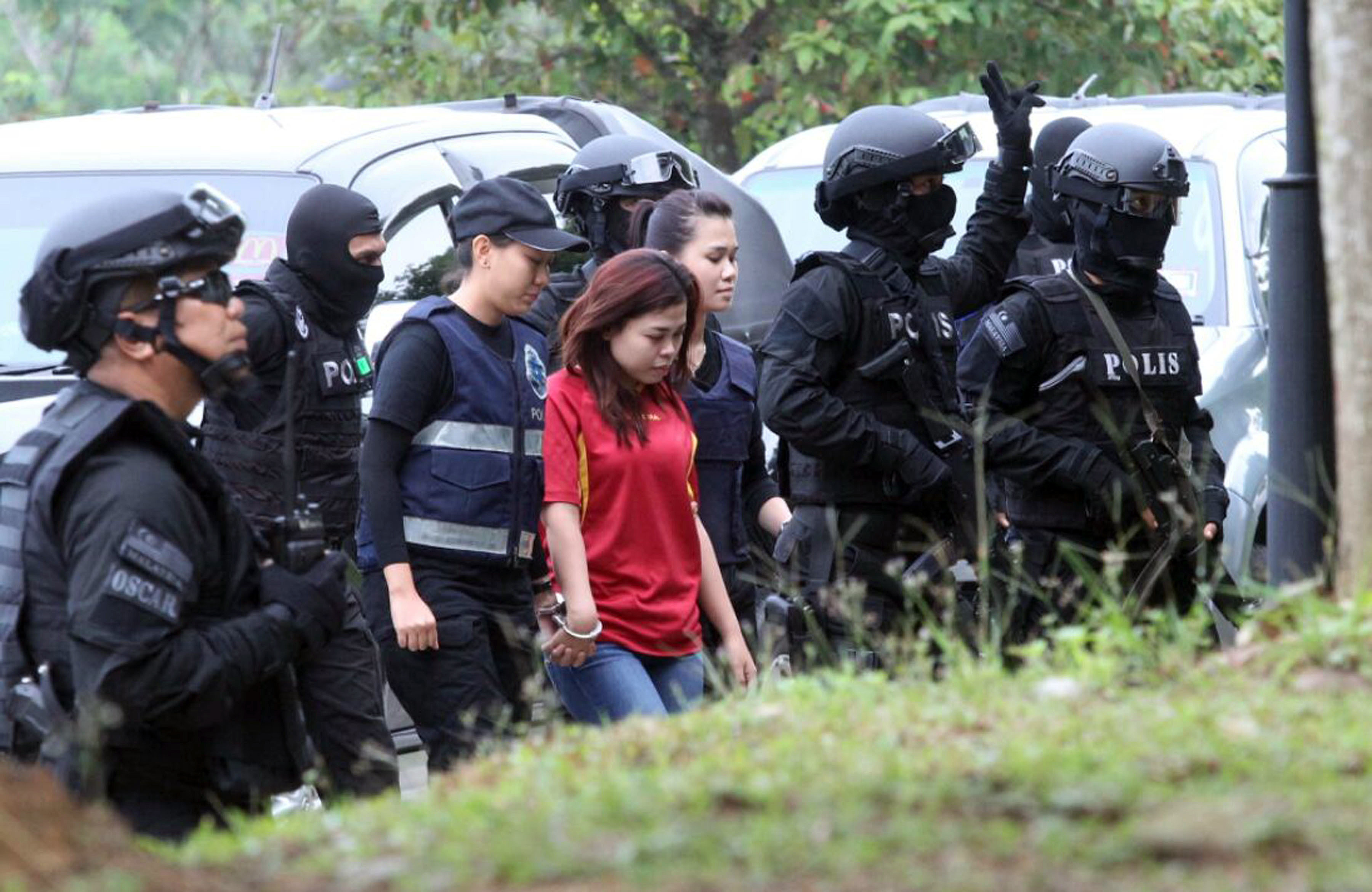 Indonesian suspect Siti Aisyah (C) in the ongoing assassination investigation, is escorted by police officers as she arrives at Sepang court in Sepang, Malaysia on March 1, 2017. (AP Photo)