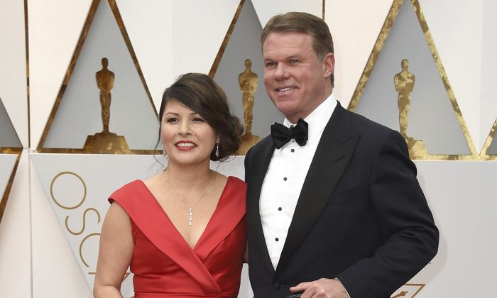 Martha L. Ruiz (L) and Brian Cullinan from PricewaterhouseCoopers at the Oscars in Los Angeles on Feb. 26, 2017.   (Jordan Strauss/Invision/AP)