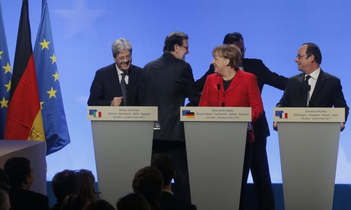 (L-R) Italian Prime Minister Paolo Gentiloni, Spain's Prime Minister Mariano Rajoy Brey, German Chancellor Angela Merkel and France's President Francois Hollande arrive to make a joint statement at the Versailles castle, near Paris, France on March 6, 2017. (AP Photo/Michel Euler)