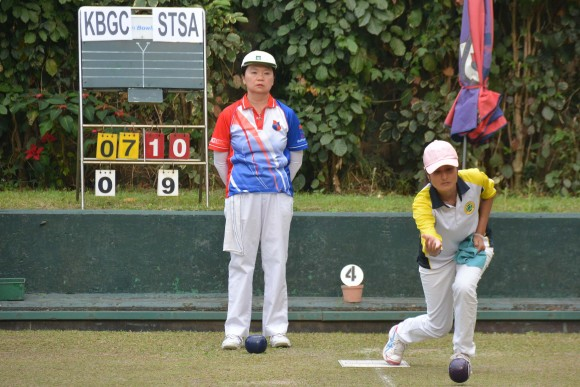 Cheryl Chan of Shatin Sports Association (delivering) mark her birthday with the National Champion of Champions Singles title last Sunday, March 5, 2017. She defeated Amy Chwang from Kowloon Bowling Green Club in the final to capture her first major lawn bowls trophy. (Stephanie Worth)