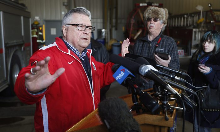 Public Safety Minister Ralph Goodale speaks to media after a visit with officials in the border town of Emerson, Manitoba, on March 4, 2017. (The Canadian Press/John Woods)