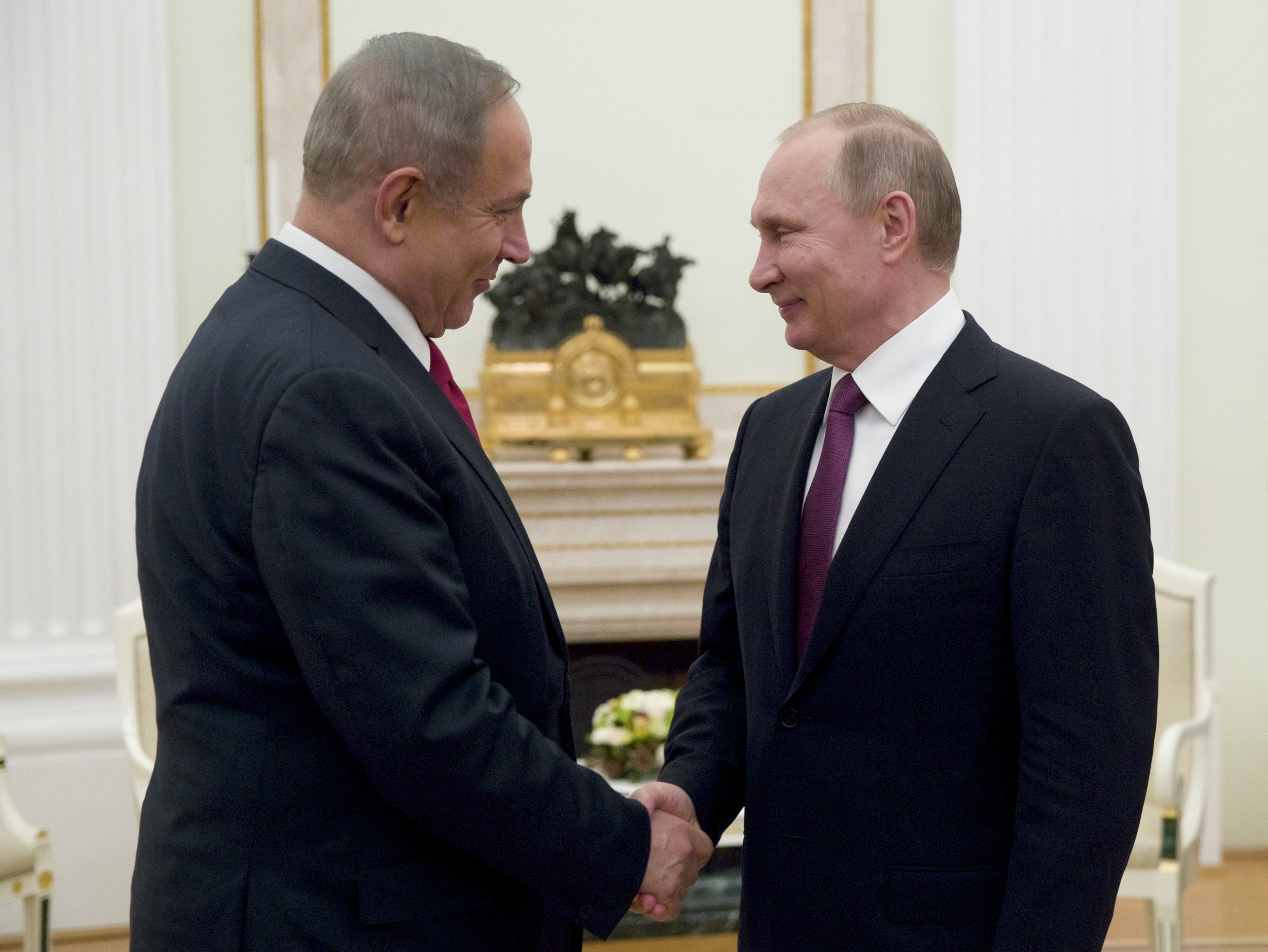 Russian President Vladimir Putin (R) shakes hands with Israeli Prime Minister Benjamin Netanyahu in Moscow, Russia on March 9, 2017. (AP Photo/Pavel Golovkin, pool)