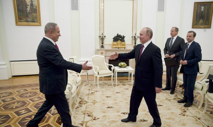Russian President Vladimir Putin, right, shakes hands with Israeli Prime Minister Benjamin Netanyahu in Moscow, Russia on March 9, 2017. (AP Photo/Pavel Golovkin, pool)