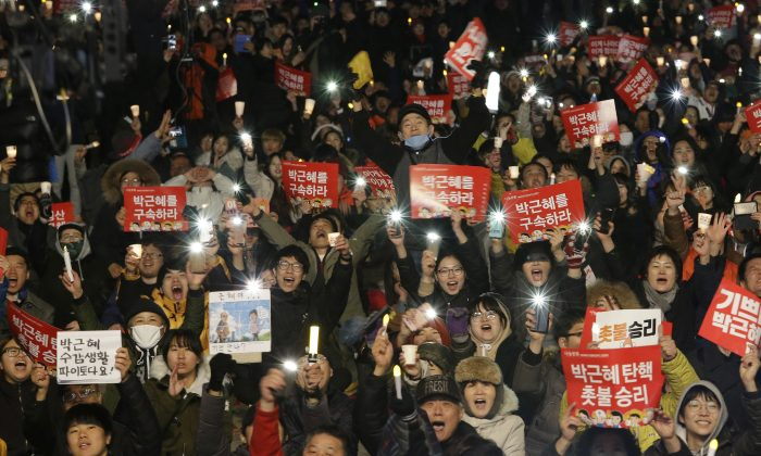 Protesters shout slogans during a rally calling for impeached President Park Geun-hye's arrest in Seoul, South Korea on March 10, 2017. (AP Photo/Ahn Young-joon)