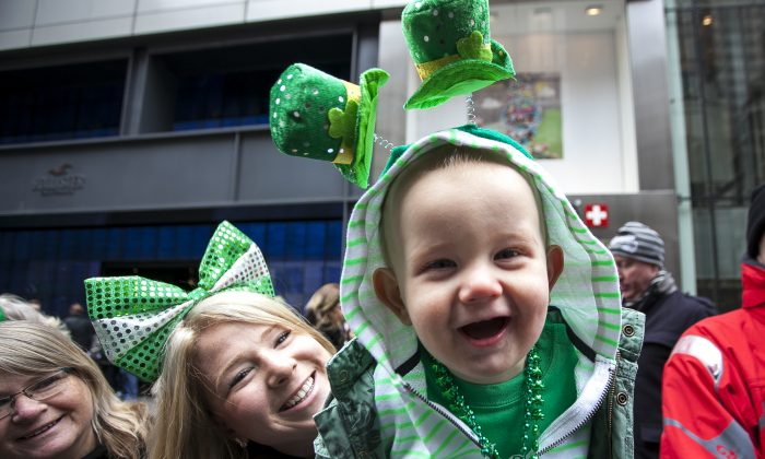 A child is dressed up as he watches the St-Patrick's Day parade with his mother  in New York on March 17, 2014. (Samira Bouaou/Epoch Times)