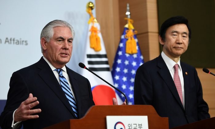 Secretary of State Rex Tillerson (L) speaks as South Korean Foreign Minister Yun Byung-Se looks on during a news conference in Seoul, South Korea March 17, 2017. (REUTERS/JUNG Yeon-Je)