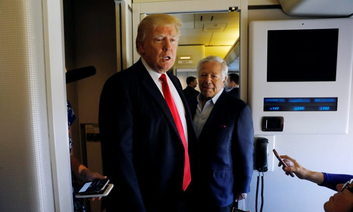 U.S. President Donald Trump speaks to reporters with New England Patriots owner Robert Kraft at his side aboard Air Force One as he departs West Palm Beach, Florida, U.S., to return to Washington on March 19, 2017.  REUTERS/Kevin Lamarque