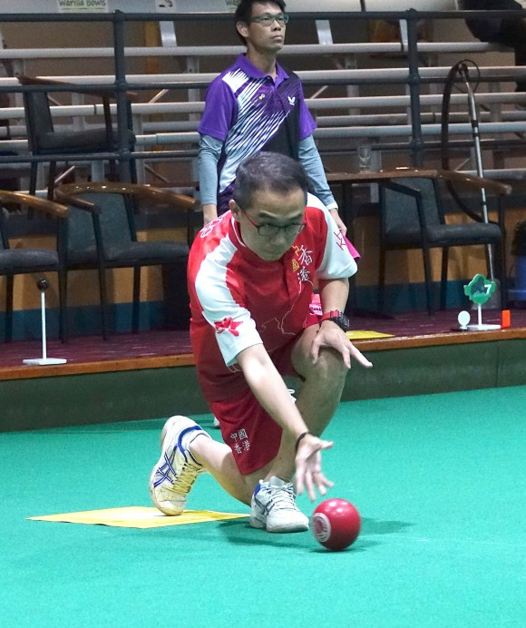 Hong Kong representative Stanley Lai (delivering) faced a shock defeat against Melvin Tan from Singapore in the World Cup Singles Championship in Warilla, Australia and can only finished fifth in the group stage. (David Allen)