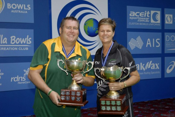 (L) Jeremy Henry of Australia and Jo Edwards of New Zealand winners of the 2017 indoor World Cup Singles Championship at Warilla Bowling Club in Australia on March 22, 2017.  (David Allen)