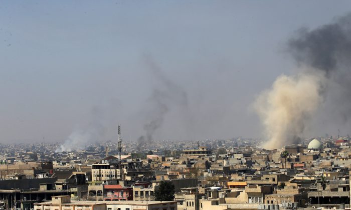 Smoke rises from the old city during a battle against Islamic State militants, in Mosul, Iraq on March 26, 2017. (REUTERS/Youssef Boudlal)