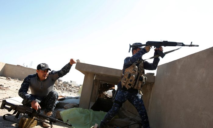 Iraqi Federal Police fight in the frontline at Bab al Jadid district as the battle against Islamic State's fighters continues in the old city of Mosul, Iraq on March 26, 2017. (REUTERS/Youssef Boudlal)