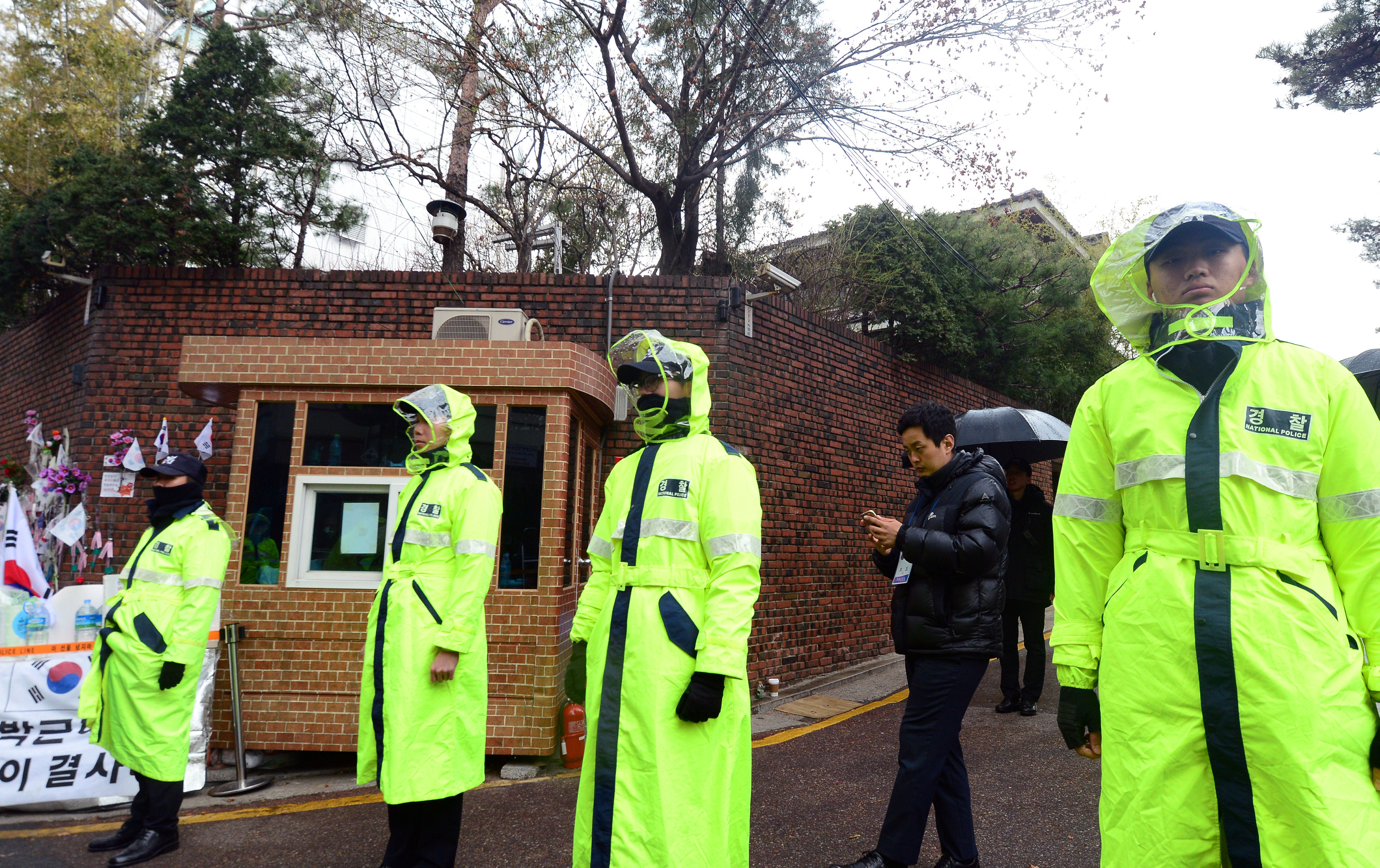 Policemen stand guard outside the house of South Korea's ousted leader Park Geun-hye in Seoul.  (Choi Hyun-kyu/News1 via REUTERS)