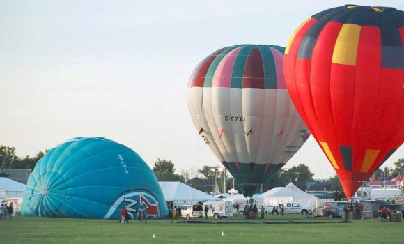 Filling balloons with hot air during the annual balloon festival on Labour Day weekend in Gatineau. (Public Domain)