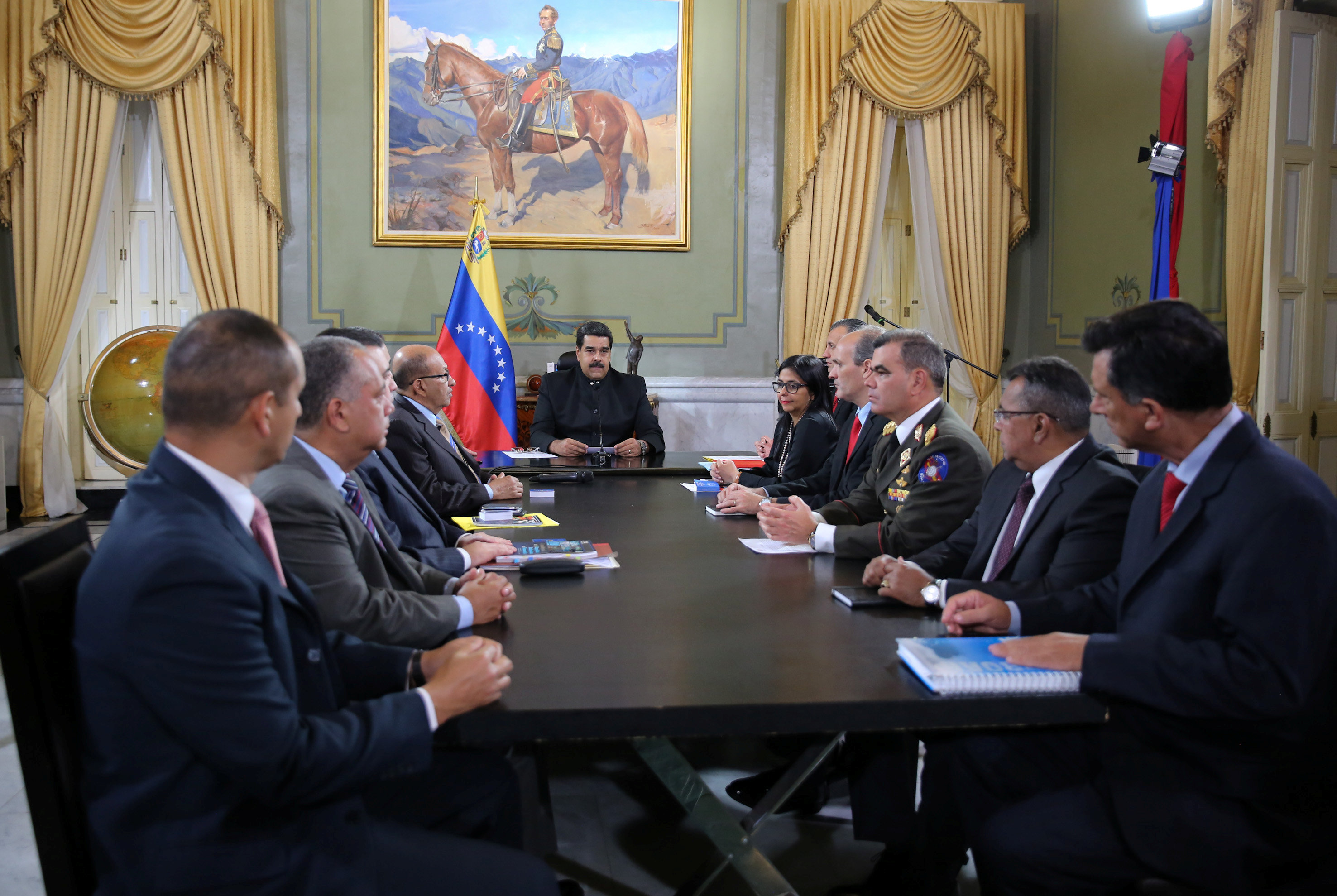 Venezuela's President Nicolas Maduro (C) attends to a meeting with ministers and other Venezuelan authorities at Miraflores Palace in Caracas, Venezuela April 1, 2017. (Miraflores Palace/Handout via REUTERS)