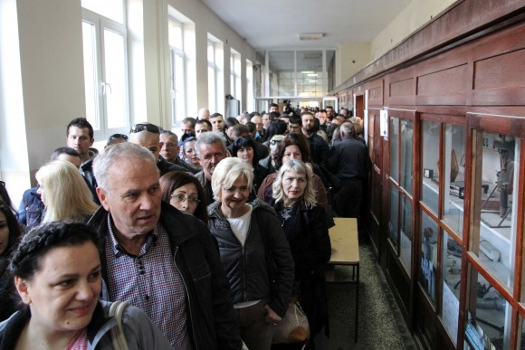 People wait in line to cast their votes at a polling station during Serbian presidential election in the ethnically divided town of Mitrovica, Kosovo April 2, 2017. (REUTERS/Agron Beqiri)