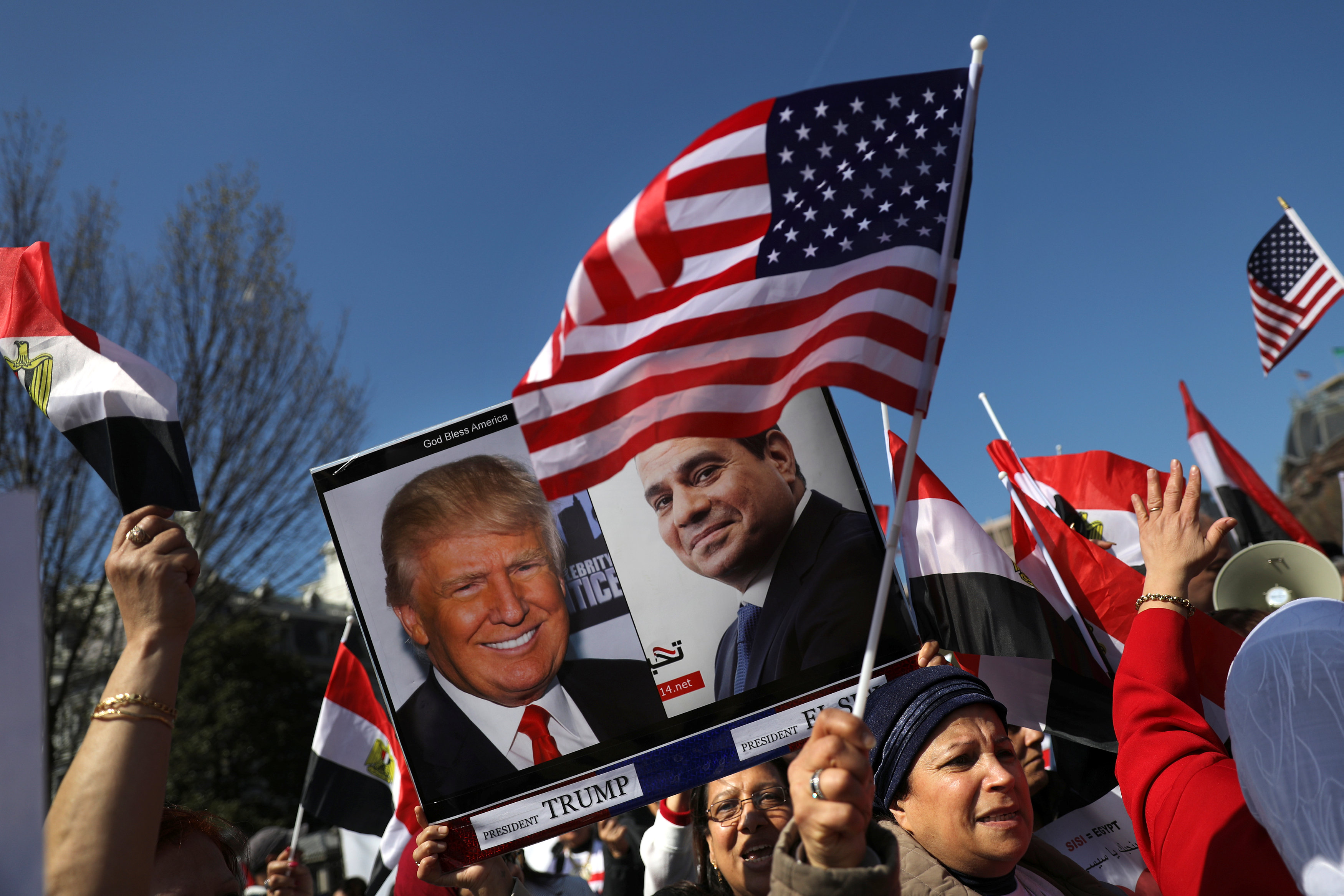 Supporters of Egypt's President Abdel Fattah al-Sisi gather outside the White House prior to his arrival for a meeting with U.S. President Donald Trump in Washington on April 3, 2017. (REUTERS/Carlos Barria)