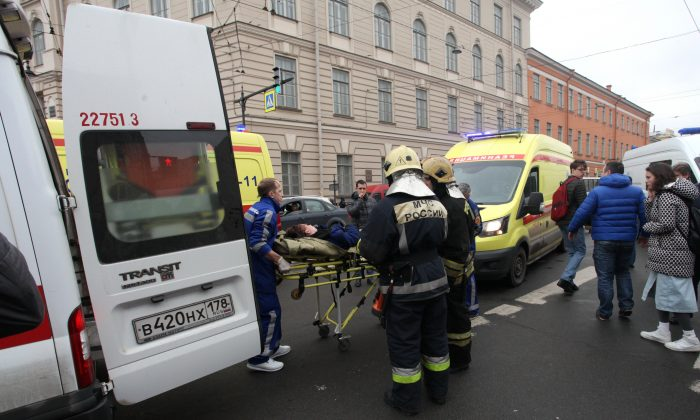 People carry a subway blast victim into an ambulance after explosion at Tekhnologichesky Institut subway station in St.Petersburg, Russia on April 3, 2017.  The subway in the Russian city of St. Petersburg is reporting that there are fatalities and several people have been injured in an explosion on a subway train. (Alexander Tarasenkov/Interpress via AP)