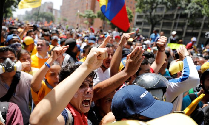 Demonstrators react during an opposition rally in Caracas, Venezuela on April 4, 2017. (REUTERS/Carlos Garcia Rawlins)