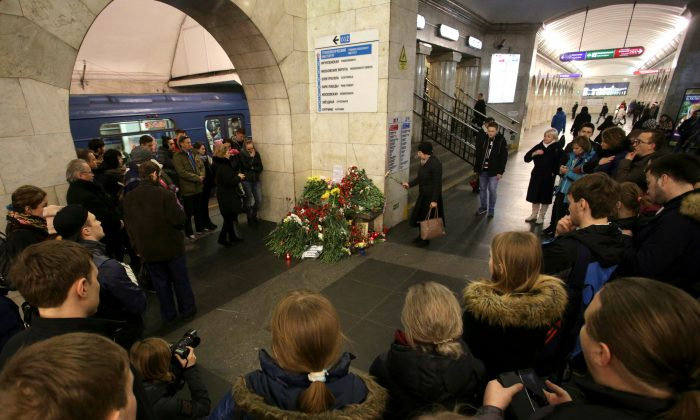 People mourn next to a memorial site for the victims of a blast in St. Petersburg metro, at Tekhnologicheskiy institut metro station in St. Petersburg, Russia, April 4, 2017. (REUTERS/Anton Vaganov)