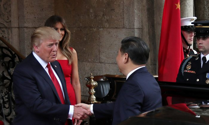 President Donald Trump and First Lady Melania Trump welcome Chinese President Xi Jinping and first lady Peng Liyuan at Mar-a-Lago estate in Palm Beach, Fla., on April 6, 2017.  (REUTERS/Carlos Barria)