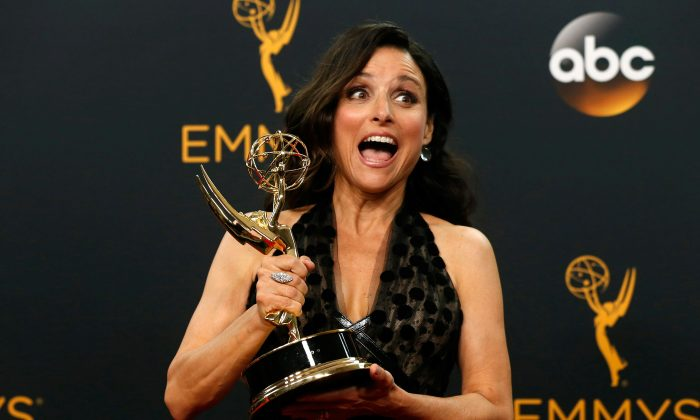 """Actress Julia Louis-Dreyfus poses backstage with her award for Outstanding Lead Actress In A Comedy Series for her role in HBO's """"Veep"""" at the 68th Primetime Emmy Awards in Los Angeles, California on Sept. 18, 2016.  (REUTERS/Mario Anzuoni/File Photo)"""