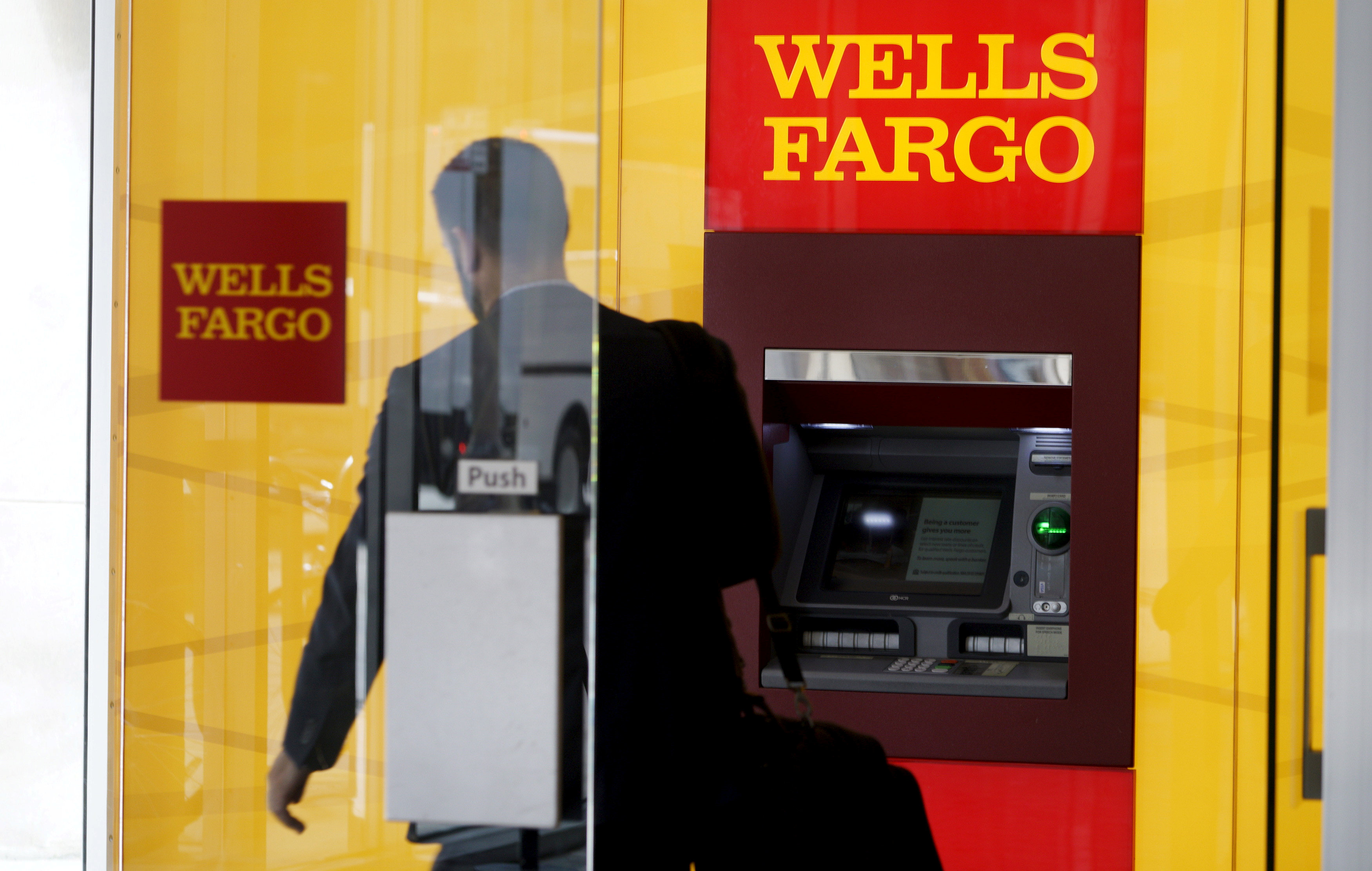 A man walks by a bank machine at the Wells Fargo & Co. bank in downtown Denver, Colorado on April 13, 2016. (REUTERS/Rick Wilking)