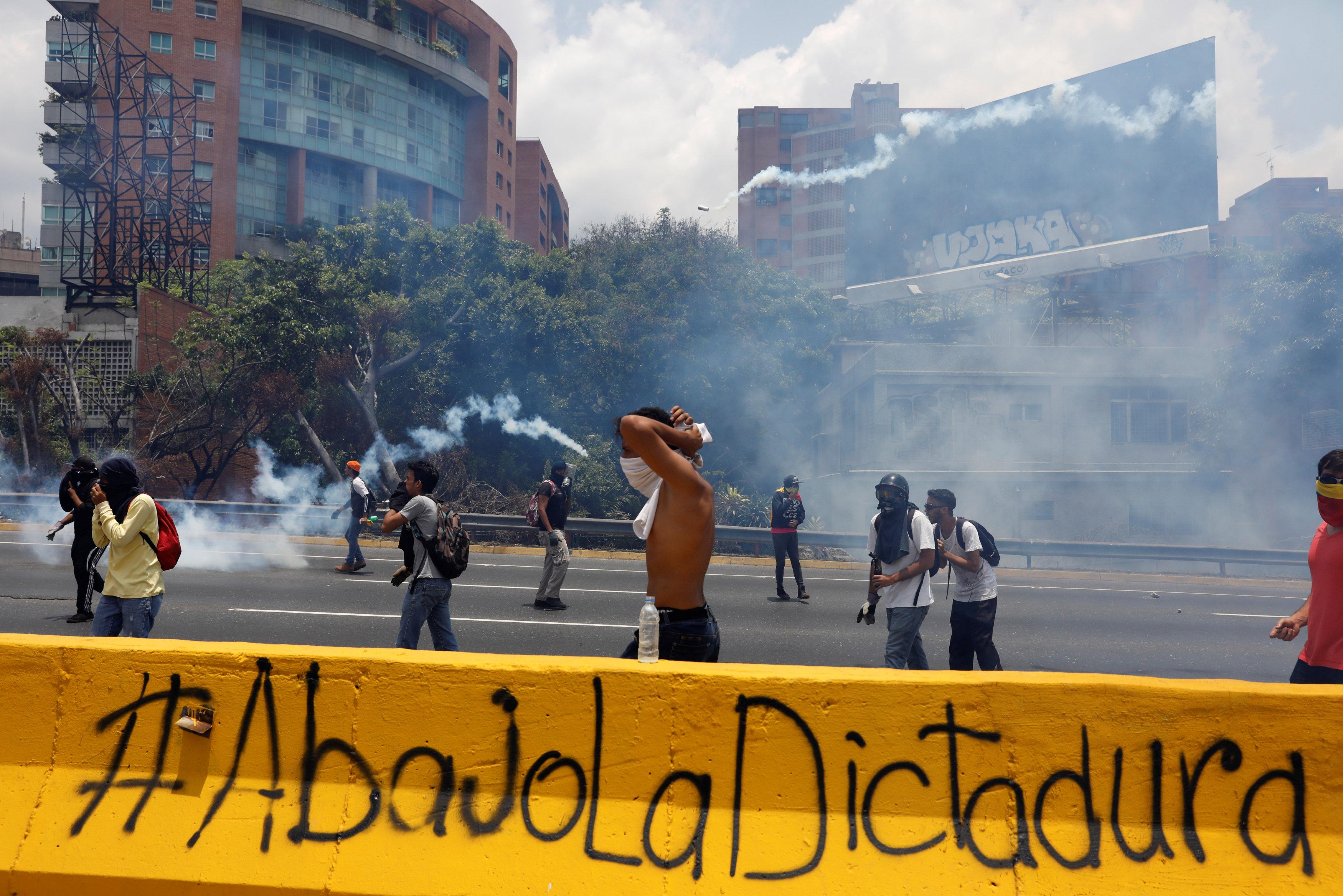 Demonstrators rally against Venezuela's President Nicolas Maduro's government in Caracas, Venezuela on April 10, 2017. (REUTERS/Carlos Garcia Rawlins)
