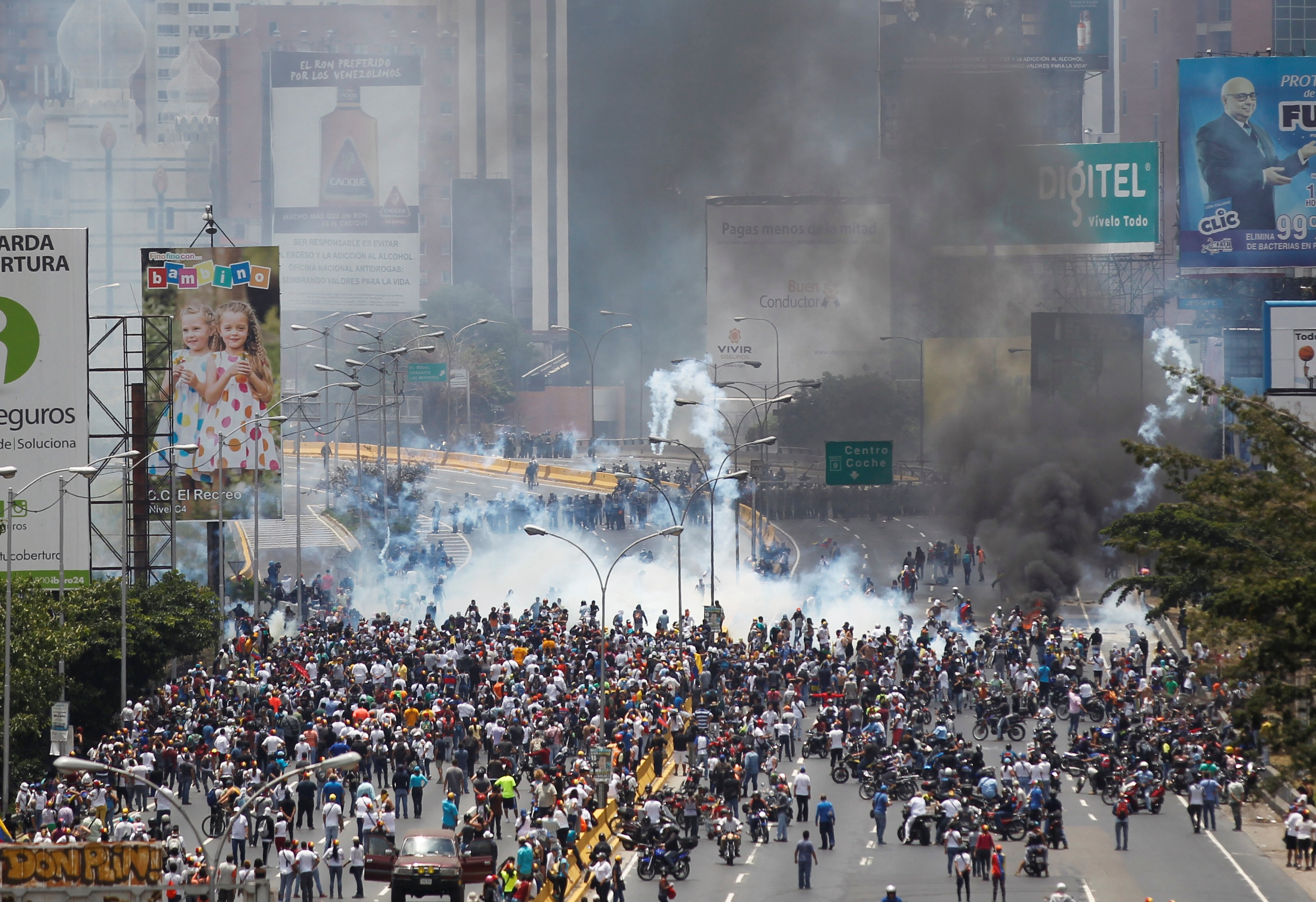 Riot police and demonstrators clash during a rally against Venezuela's President Nicolas Maduro's government in Caracas, Venezuela on April 10, 2017. (REUTERS/Christian Veron)