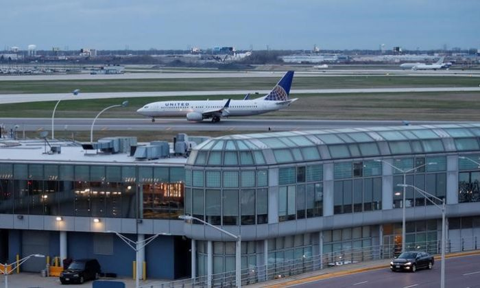 A United Airline Boeing 737-800 aircraft lands at O'Hare International Airport in Chicago, Ill., on April 11, 2017. (REUTERS/Kamil Krzaczynski)