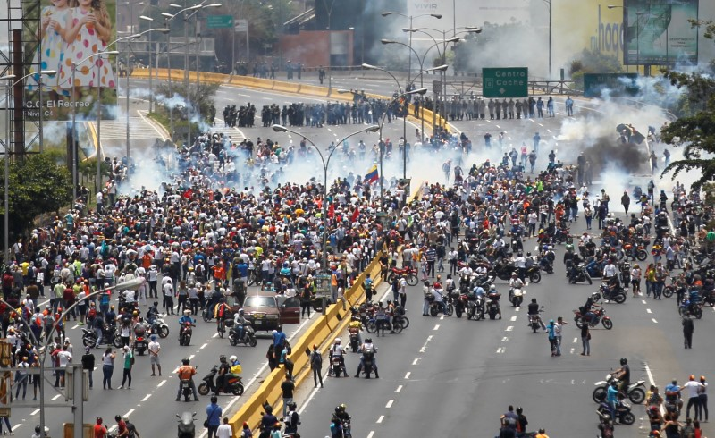 Demonstrators clash with riot police while ralling against Venezuela's President Nicolas Maduro's government in Caracas, Venezuela on April 10, 2017. (REUTERS/Christian Veron)