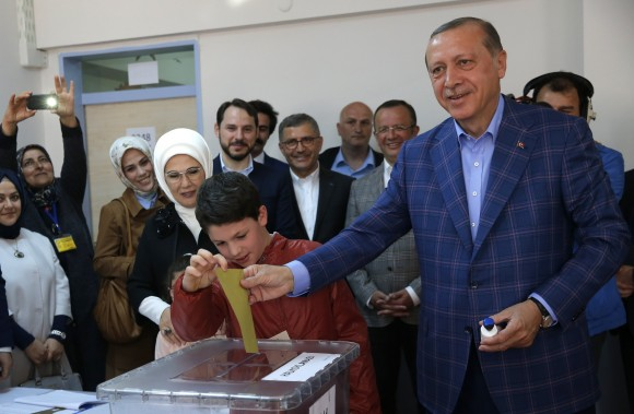 Turkish President Tayyip Erdogan (R) with his wife Emine casts his ballot at a polling station during a referendum in Istanbul, Turkey, April 16, 2017. (REUTERS/Murad Sezer)